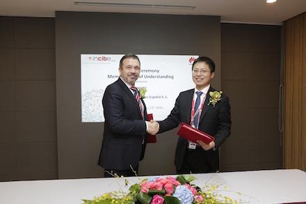 Tony Jin Yong, CEO de Huawei España, y Miguel Rego, director general de INCIBE, durante la firma del acuerdo