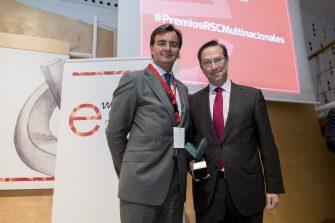 Entrega el premio Adolfo Aguilar, presidente de Multinacionales por marca España. Recoge el premio Pablo Mazo, director regional de Relaciones Institucionales de Heineken España.