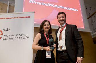 Entrega el premio Alberto Ibeas, director general de Diageo. Recoge el premio Natalia González – Valdés, directora de Comunicación Corporativa y RSC de L'Oréal España.