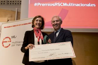Entrega el premio Miguel Carmelo, presidente de la Universidad Europea. Recoge el premio  Conchita Martín de Bustamante, presidenta de la asociación cultural Norte Joven.