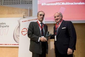 Entrega el premio Pedro Tomey, presidente de la Comisión de RSC de Multinacionales por marca España. Recoge el premio Salvador García-Atance Lafuente, presidente de Fundación Lealtad.